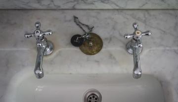 Retro v kúpeľni nesmie byť na úkor pohodlia