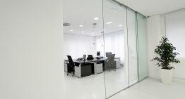 Prečo si do kancelárie alebo do vášho domu vybrať sklenené steny?